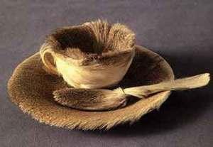 L'objet baptisé par André Breton, le déjeuner en fourrure est inclus dans l'Exposition d'objets surréalistes à la galerie Charles Ratton,