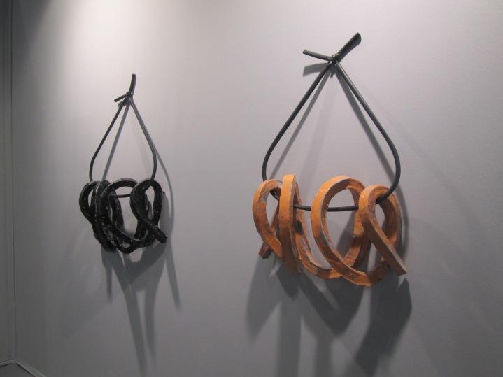 Lisa Tiemann, note (serie),skulptur, 2015 , ceramic, glaze, rubber, 61x23x73 cm