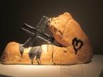 Antonio Tapies, jambe et croix,  Terre chamotée émailée, Courtesy Galerie Lelong, Paris