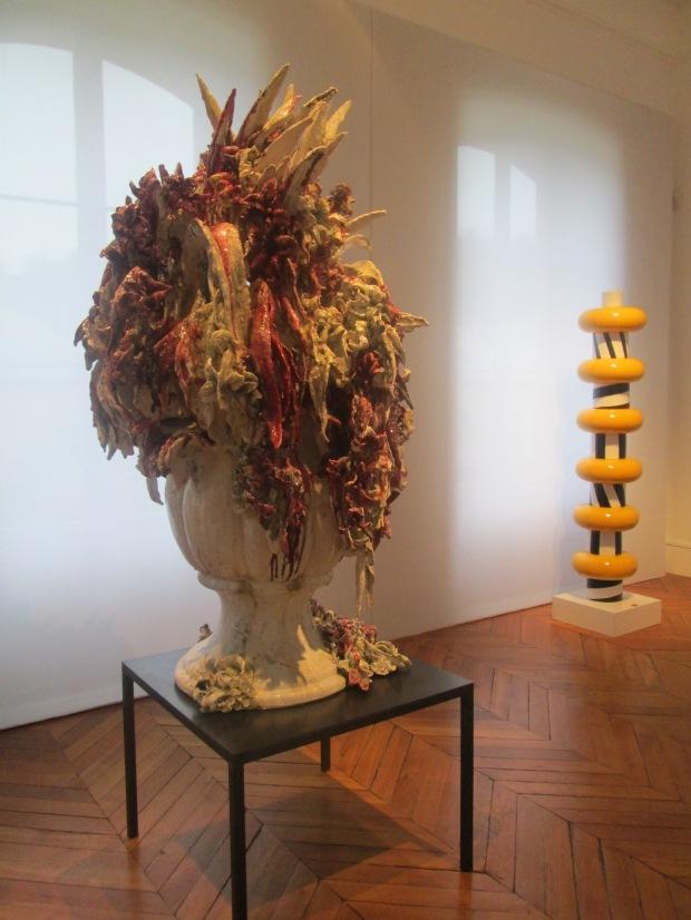 premier plan, vase déconfit d ANNE Wensel et derrière, un travail dEttore Sottsass