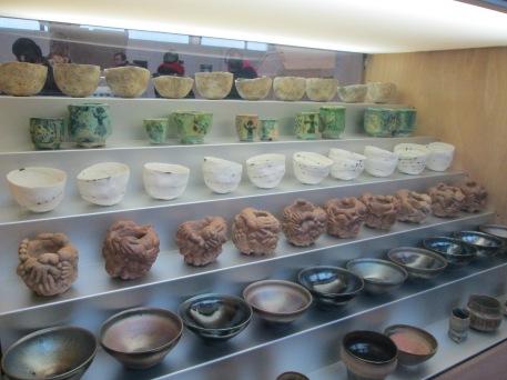 """Une des vitrines de l'expo -1001 bols"""", prêt musée de la piscine, Roubaix"""