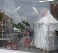 La petite mariée de Steenwerck, vitrine d'un salon de coiffure, biennale de la céramique, 2017