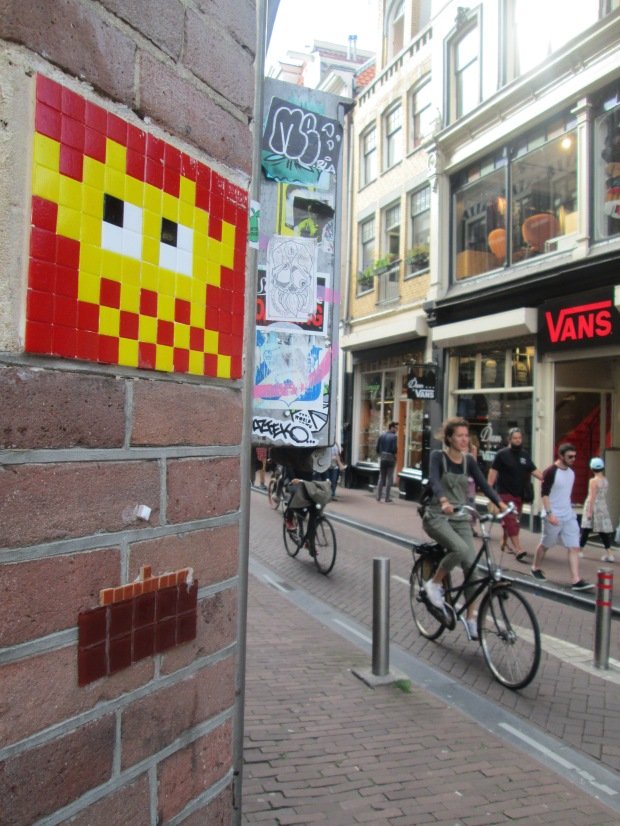 Space invader , vélo hollandais et vans
