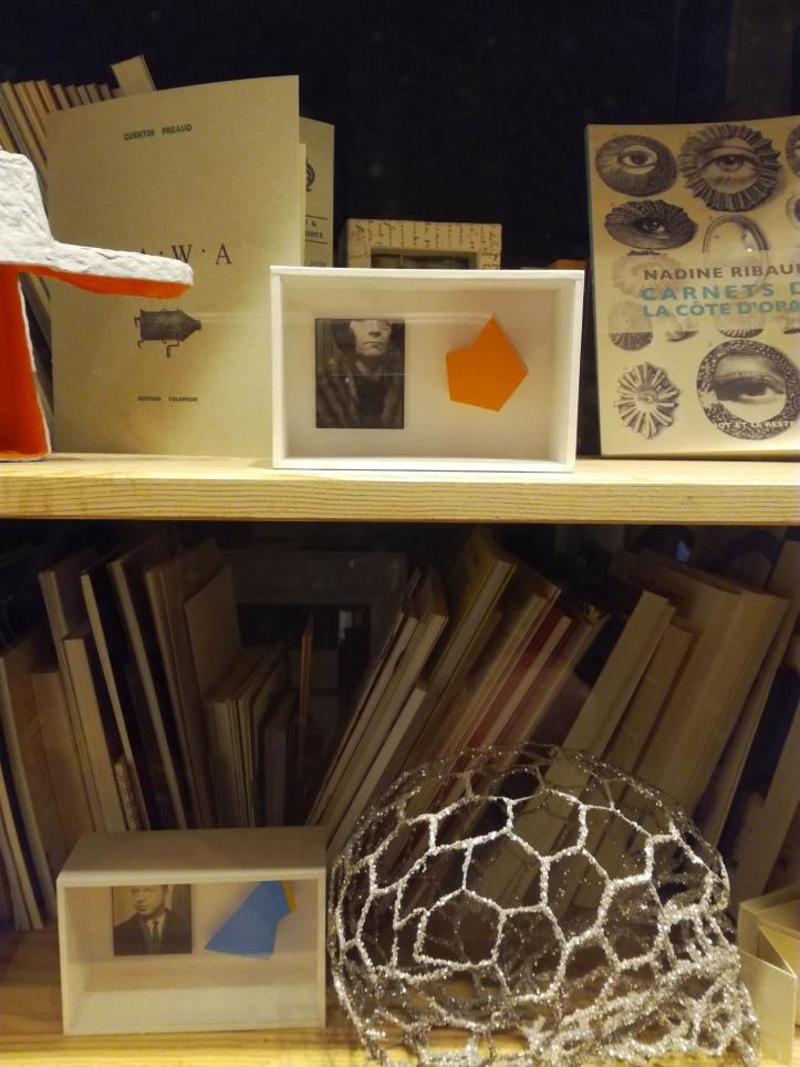 Détail objets d'art et livres dartistes